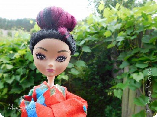 """Всем привет!Сегодня я сдаю работу на конкурс """"Япония""""Ссылка - http://stranamasterov.ru/node/1042939?c=favorite (Загружаю её уже 4 раз)Для конкурса я сшила кимоно из красной ткани с цветочным орнаментом и пояс из бордовой и чёрной ленты.Моделью выступает Бель, кукла моей сестры. фото 5"""