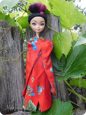"""Всем привет!Сегодня я сдаю работу на конкурс """"Япония""""Ссылка - http://stranamasterov.ru/node/1042939?c=favorite (Загружаю её уже 4 раз)Для конкурса я сшила кимоно из красной ткани с цветочным орнаментом и пояс из бордовой и чёрной ленты.Моделью выступает Бель, кукла моей сестры. фото 6"""