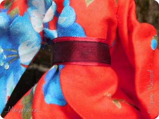 """Всем привет!Сегодня я сдаю работу на конкурс """"Япония""""Ссылка - http://stranamasterov.ru/node/1042939?c=favorite (Загружаю её уже 4 раз)Для конкурса я сшила кимоно из красной ткани с цветочным орнаментом и пояс из бордовой и чёрной ленты.Моделью выступает Бель, кукла моей сестры. фото 11"""
