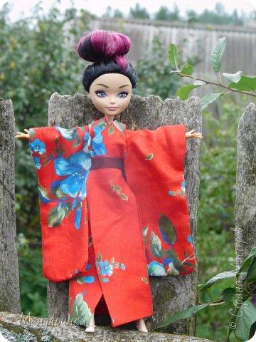 """Всем привет!Сегодня я сдаю работу на конкурс """"Япония""""Ссылка - http://stranamasterov.ru/node/1042939?c=favorite (Загружаю её уже 4 раз)Для конкурса я сшила кимоно из красной ткани с цветочным орнаментом и пояс из бордовой и чёрной ленты.Моделью выступает Бель, кукла моей сестры. фото 10"""