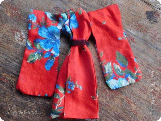 """Всем привет!Сегодня я сдаю работу на конкурс """"Япония""""Ссылка - http://stranamasterov.ru/node/1042939?c=favorite (Загружаю её уже 4 раз)Для конкурса я сшила кимоно из красной ткани с цветочным орнаментом и пояс из бордовой и чёрной ленты.Моделью выступает Бель, кукла моей сестры. фото 13"""