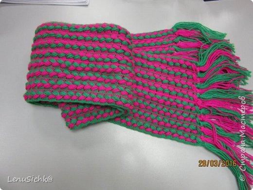 Очень интересная техника вязания шарфа при помощи линейки. Легко даже если кто-то ни разу не вязал. Вязала по МК - http://www.stranamam.ru/post/6943991/. Отличный подарок на Новый Год, а самое главное он очень теплый и уютный. Это мой разноцветный шарфик - он был первый)) фото 3