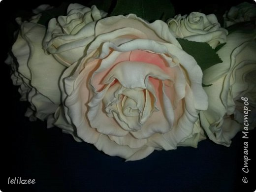 Ободок с розами. Цвет айвори с нежными розовыми полутонами внутри розы. На фото не очень цвета передаются((, но на последнем можно разглядеть))) Надеюсь вам понравятся мои работы)) Спасибо)) фото 3