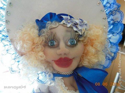 Купленные глазки и волосы уже не дали покоя. Решила сделать подруге подарок. На работе сотрудница наделала красивых шляпок по моему заказу. И образ придумывался уже под шляпки. Купила парчи кружев и наделала еще 2 куклы. Третья шляпка лежит в загашнике - ждет своей очереди и повода... Дама в лиловом на чайник (правда длина подола подойдет и для небольшого самовара). Юбка - парча, синтепон, флис фиолетовый, подол и рукава - шитье. Жабо - кружево и пуговка. Лак для ногтей настоящий))) фото 19