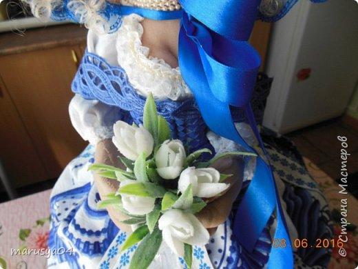 Купленные глазки и волосы уже не дали покоя. Решила сделать подруге подарок. На работе сотрудница наделала красивых шляпок по моему заказу. И образ придумывался уже под шляпки. Купила парчи кружев и наделала еще 2 куклы. Третья шляпка лежит в загашнике - ждет своей очереди и повода... Дама в лиловом на чайник (правда длина подола подойдет и для небольшого самовара). Юбка - парча, синтепон, флис фиолетовый, подол и рукава - шитье. Жабо - кружево и пуговка. Лак для ногтей настоящий))) фото 20