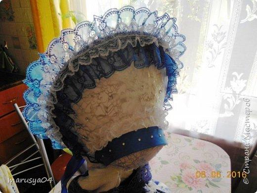 Купленные глазки и волосы уже не дали покоя. Решила сделать подруге подарок. На работе сотрудница наделала красивых шляпок по моему заказу. И образ придумывался уже под шляпки. Купила парчи кружев и наделала еще 2 куклы. Третья шляпка лежит в загашнике - ждет своей очереди и повода... Дама в лиловом на чайник (правда длина подола подойдет и для небольшого самовара). Юбка - парча, синтепон, флис фиолетовый, подол и рукава - шитье. Жабо - кружево и пуговка. Лак для ногтей настоящий))) фото 21