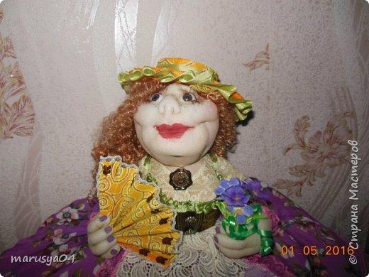 Купленные глазки и волосы уже не дали покоя. Решила сделать подруге подарок. На работе сотрудница наделала красивых шляпок по моему заказу. И образ придумывался уже под шляпки. Купила парчи кружев и наделала еще 2 куклы. Третья шляпка лежит в загашнике - ждет своей очереди и повода... Дама в лиловом на чайник (правда длина подола подойдет и для небольшого самовара). Юбка - парча, синтепон, флис фиолетовый, подол и рукава - шитье. Жабо - кружево и пуговка. Лак для ногтей настоящий))) фото 14