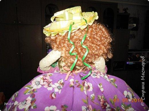 Купленные глазки и волосы уже не дали покоя. Решила сделать подруге подарок. На работе сотрудница наделала красивых шляпок по моему заказу. И образ придумывался уже под шляпки. Купила парчи кружев и наделала еще 2 куклы. Третья шляпка лежит в загашнике - ждет своей очереди и повода... Дама в лиловом на чайник (правда длина подола подойдет и для небольшого самовара). Юбка - парча, синтепон, флис фиолетовый, подол и рукава - шитье. Жабо - кружево и пуговка. Лак для ногтей настоящий))) фото 15