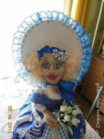 Купленные глазки и волосы уже не дали покоя. Решила сделать подруге подарок. На работе сотрудница наделала красивых шляпок по моему заказу. И образ придумывался уже под шляпки. Купила парчи кружев и наделала еще 2 куклы. Третья шляпка лежит в загашнике - ждет своей очереди и повода... Дама в лиловом на чайник (правда длина подола подойдет и для небольшого самовара). Юбка - парча, синтепон, флис фиолетовый, подол и рукава - шитье. Жабо - кружево и пуговка. Лак для ногтей настоящий))) фото 22