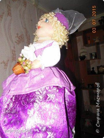 Купленные глазки и волосы уже не дали покоя. Решила сделать подруге подарок. На работе сотрудница наделала красивых шляпок по моему заказу. И образ придумывался уже под шляпки. Купила парчи кружев и наделала еще 2 куклы. Третья шляпка лежит в загашнике - ждет своей очереди и повода... Дама в лиловом на чайник (правда длина подола подойдет и для небольшого самовара). Юбка - парча, синтепон, флис фиолетовый, подол и рукава - шитье. Жабо - кружево и пуговка. Лак для ногтей настоящий))) фото 3