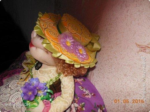 Купленные глазки и волосы уже не дали покоя. Решила сделать подруге подарок. На работе сотрудница наделала красивых шляпок по моему заказу. И образ придумывался уже под шляпки. Купила парчи кружев и наделала еще 2 куклы. Третья шляпка лежит в загашнике - ждет своей очереди и повода... Дама в лиловом на чайник (правда длина подола подойдет и для небольшого самовара). Юбка - парча, синтепон, флис фиолетовый, подол и рукава - шитье. Жабо - кружево и пуговка. Лак для ногтей настоящий))) фото 16