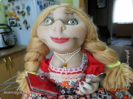 Купленные глазки и волосы уже не дали покоя. Решила сделать подруге подарок. На работе сотрудница наделала красивых шляпок по моему заказу. И образ придумывался уже под шляпки. Купила парчи кружев и наделала еще 2 куклы. Третья шляпка лежит в загашнике - ждет своей очереди и повода... Дама в лиловом на чайник (правда длина подола подойдет и для небольшого самовара). Юбка - парча, синтепон, флис фиолетовый, подол и рукава - шитье. Жабо - кружево и пуговка. Лак для ногтей настоящий))) фото 10
