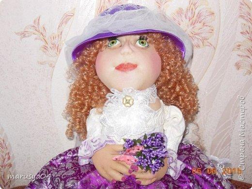 Купленные глазки и волосы уже не дали покоя. Решила сделать подруге подарок. На работе сотрудница наделала красивых шляпок по моему заказу. И образ придумывался уже под шляпки. Купила парчи кружев и наделала еще 2 куклы. Третья шляпка лежит в загашнике - ждет своей очереди и повода... Дама в лиловом на чайник (правда длина подола подойдет и для небольшого самовара). Юбка - парча, синтепон, флис фиолетовый, подол и рукава - шитье. Жабо - кружево и пуговка. Лак для ногтей настоящий))) фото 4