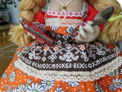 Купленные глазки и волосы уже не дали покоя. Решила сделать подруге подарок. На работе сотрудница наделала красивых шляпок по моему заказу. И образ придумывался уже под шляпки. Купила парчи кружев и наделала еще 2 куклы. Третья шляпка лежит в загашнике - ждет своей очереди и повода... Дама в лиловом на чайник (правда длина подола подойдет и для небольшого самовара). Юбка - парча, синтепон, флис фиолетовый, подол и рукава - шитье. Жабо - кружево и пуговка. Лак для ногтей настоящий))) фото 11