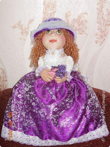 Купленные глазки и волосы уже не дали покоя. Решила сделать подруге подарок. На работе сотрудница наделала красивых шляпок по моему заказу. И образ придумывался уже под шляпки. Купила парчи кружев и наделала еще 2 куклы. Третья шляпка лежит в загашнике - ждет своей очереди и повода... Дама в лиловом на чайник (правда длина подола подойдет и для небольшого самовара). Юбка - парча, синтепон, флис фиолетовый, подол и рукава - шитье. Жабо - кружево и пуговка. Лак для ногтей настоящий))) фото 1