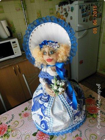 Купленные глазки и волосы уже не дали покоя. Решила сделать подруге подарок. На работе сотрудница наделала красивых шляпок по моему заказу. И образ придумывался уже под шляпки. Купила парчи кружев и наделала еще 2 куклы. Третья шляпка лежит в загашнике - ждет своей очереди и повода... Дама в лиловом на чайник (правда длина подола подойдет и для небольшого самовара). Юбка - парча, синтепон, флис фиолетовый, подол и рукава - шитье. Жабо - кружево и пуговка. Лак для ногтей настоящий))) фото 24