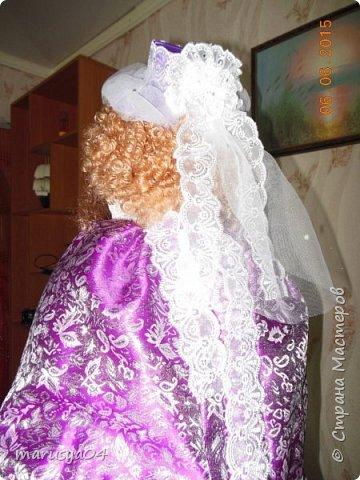 Купленные глазки и волосы уже не дали покоя. Решила сделать подруге подарок. На работе сотрудница наделала красивых шляпок по моему заказу. И образ придумывался уже под шляпки. Купила парчи кружев и наделала еще 2 куклы. Третья шляпка лежит в загашнике - ждет своей очереди и повода... Дама в лиловом на чайник (правда длина подола подойдет и для небольшого самовара). Юбка - парча, синтепон, флис фиолетовый, подол и рукава - шитье. Жабо - кружево и пуговка. Лак для ногтей настоящий))) фото 6