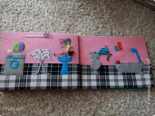 Для удобства домик сделала в виде книжки, в нем живут 2 куколки-девочки. фото 5