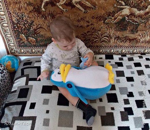 """Сшила для своего сыночка развивающую игрушку. Пингвин-обжорка может кушать рыбку))) Идея из инета, а вот исполнение полностью мое))) И выкройка и """"дизайн"""" ))) Снизу отверстие. Игрушка одевается на руку. Сшита из флиса и поролона. Сын вчера весь вечер кормил пингвина свеклой))) (свеклу вязала для игрушечного огорода)  фото 1"""