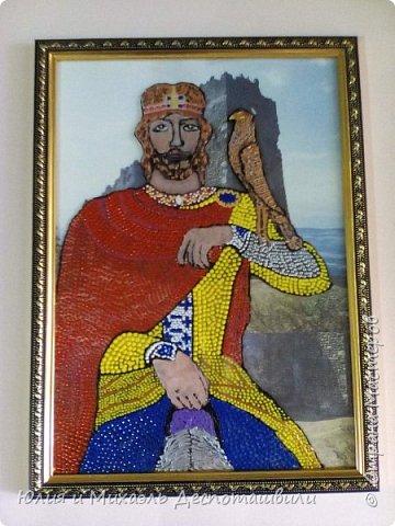 """Молодой да ранний, вступивший на престол в 15-летнем возрасте и практически тогда же оказавшийся на поле брани и познавший все ужасы войны, он вошел в историю не только как открывший место и начавший строительство Тбилиси, но и как начавший избавление Грузии от иранского/персидского господства. Да и погиб он от рук врага в 60 лет, правив перед этим 45 (по тем временам и возраст его был велик, и время, проведенное на престоле). Также, как и Давид, причислен к лику святых, похоронен в Мцхете , перед этим скончавшись от ранений в крепости Уджарма…Интересный запоминающийся факт: рост Вахтанга Горгасали был 2 м 40 см. Необыкновенной силы (меч его весил 40 кг). Горгасали переводится с перского как """"волчья голова"""", так как именно она была изображена у него на шлеме, как знак мужества в бою.  фото 1"""