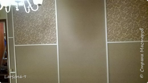 Вся комната из разных композиций обоев, делали давно. Вот дошло время до самой большой стены ( раньше ковёр весел на ней), но не могла по ряду причин снять его( личное). Вот пришло время и из разных обоев, но одной фактуры и практически цветовой гаммы, сделала ремонт стены.  фото 3