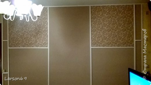 Вся комната из разных композиций обоев, делали давно. Вот дошло время до самой большой стены ( раньше ковёр весел на ней), но не могла по ряду причин снять его( личное). Вот пришло время и из разных обоев, но одной фактуры и практически цветовой гаммы, сделала ремонт стены.  фото 1