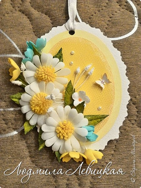 """Приближается осень... Скоро нахмурится небо,пойдут дожди... От лета останутся воспоминания... Я так и назвала свою маленькую открытку-подвеску. Мои любимые милые ромашки на желтом """"солнышке"""". Бабочка, летящая на цветы, капельки росы... фото 1"""
