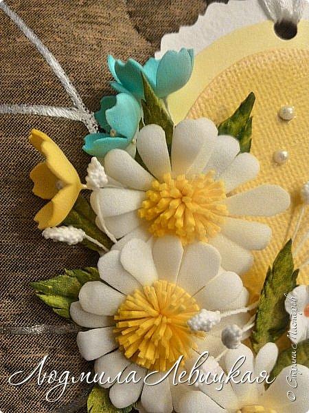 """Приближается осень... Скоро нахмурится небо,пойдут дожди... От лета останутся воспоминания... Я так и назвала свою маленькую открытку-подвеску. Мои любимые милые ромашки на желтом """"солнышке"""". Бабочка, летящая на цветы, капельки росы... фото 2"""