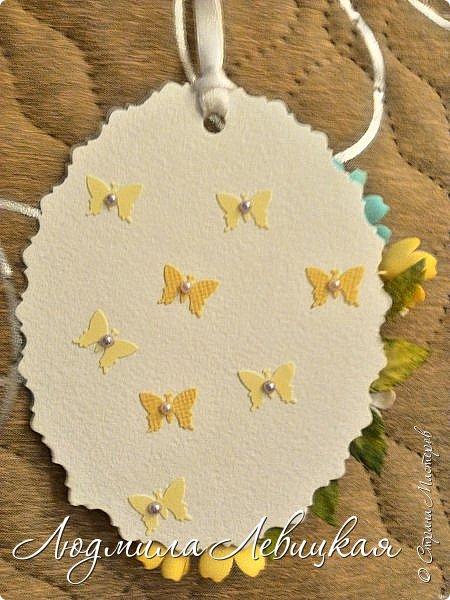 """Приближается осень... Скоро нахмурится небо,пойдут дожди... От лета останутся воспоминания... Я так и назвала свою маленькую открытку-подвеску. Мои любимые милые ромашки на желтом """"солнышке"""". Бабочка, летящая на цветы, капельки росы... фото 3"""