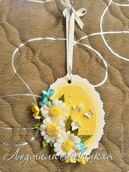 """Приближается осень... Скоро нахмурится небо,пойдут дожди... От лета останутся воспоминания... Я так и назвала свою маленькую открытку-подвеску. Мои любимые милые ромашки на желтом """"солнышке"""". Бабочка, летящая на цветы, капельки росы... фото 4"""