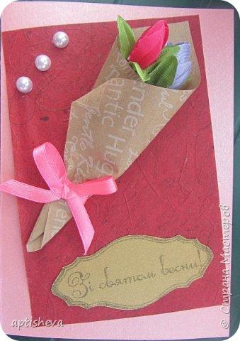 Для открыток использовались: цветной двухсторонний картон и бумага, полубусины, ленточки, бечёвка, обёрточная бумага и декоративные мини-цветочки. Детали открыток крепятся на двухсторонний скотч и горячий клей. фото 3