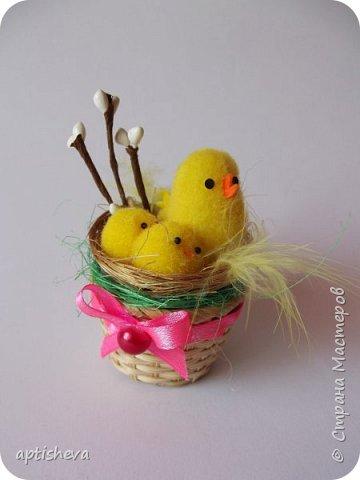 Маленькие сувениры на магнитах для холодильника, изготовлены из различных декоративных материалов. фото 2