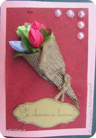 Для открыток использовались: цветной двухсторонний картон и бумага, полубусины, ленточки, бечёвка, обёрточная бумага и декоративные мини-цветочки. Детали открыток крепятся на двухсторонний скотч и горячий клей. фото 7