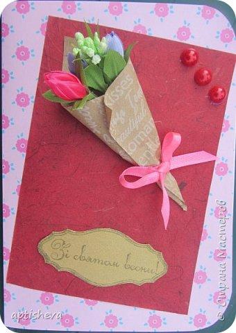 Для открыток использовались: цветной двухсторонний картон и бумага, полубусины, ленточки, бечёвка, обёрточная бумага и декоративные мини-цветочки. Детали открыток крепятся на двухсторонний скотч и горячий клей. фото 8