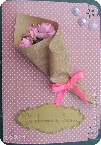 Для открыток использовались: цветной двухсторонний картон и бумага, полубусины, ленточки, бечёвка, обёрточная бумага и декоративные мини-цветочки. Детали открыток крепятся на двухсторонний скотч и горячий клей. фото 9