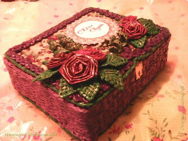 """Вот такую шкатулку я сделала для свадебной сберкнижки на свадьбу племянницы http://stranamasterov.ru/node/1045180 прошу не судить строго, я только учусь плести из газетных трубочек, пока не очень получается, но эта техника мне очень нравится. Сначала сделала коробку из картона по размеру сберкнижки, она у меня объемистая получилась, обтянула тканью, а потом оплела газетными трубочками. Верх и низ шкатулки украсила """"зубаткой"""". Краской окрашивала уже готовое изделие, все покрыто лаком из баллончика.    Вид сверху. Цветы и листья сплетены трубочками из тонкой белой бумаги типа кальки, в последствии также покрашенные краской. Для покраски использовала смесь строительного колера, клея ПВА и белой краски на водной основе, по верху немного золотого акрила. фото 5"""