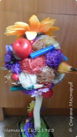 Второй топиарий к 1 сентября. Тоже скоро отправится в путь. Делала из шариков сизаля, ипользовала старые карандаши, цветочки. Стаканчик куплен в товарах одной цены.  фото 7
