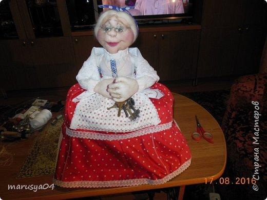 Купленные глазки и волосы уже не дали покоя. Решила сделать подруге подарок. На работе сотрудница наделала красивых шляпок по моему заказу. И образ придумывался уже под шляпки. Купила парчи кружев и наделала еще 2 куклы. Третья шляпка лежит в загашнике - ждет своей очереди и повода... Дама в лиловом на чайник (правда длина подола подойдет и для небольшого самовара). Юбка - парча, синтепон, флис фиолетовый, подол и рукава - шитье. Жабо - кружево и пуговка. Лак для ногтей настоящий))) фото 26