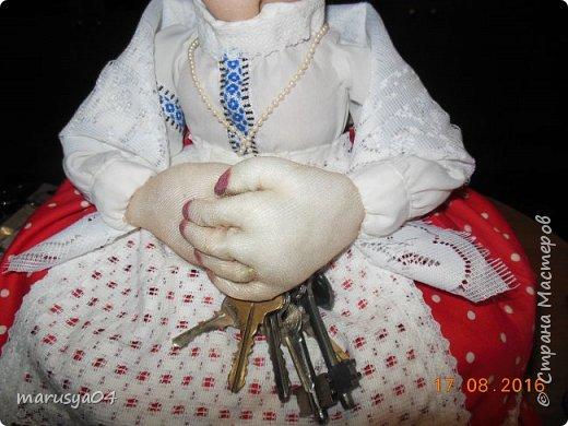Купленные глазки и волосы уже не дали покоя. Решила сделать подруге подарок. На работе сотрудница наделала красивых шляпок по моему заказу. И образ придумывался уже под шляпки. Купила парчи кружев и наделала еще 2 куклы. Третья шляпка лежит в загашнике - ждет своей очереди и повода... Дама в лиловом на чайник (правда длина подола подойдет и для небольшого самовара). Юбка - парча, синтепон, флис фиолетовый, подол и рукава - шитье. Жабо - кружево и пуговка. Лак для ногтей настоящий))) фото 28