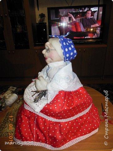 Купленные глазки и волосы уже не дали покоя. Решила сделать подруге подарок. На работе сотрудница наделала красивых шляпок по моему заказу. И образ придумывался уже под шляпки. Купила парчи кружев и наделала еще 2 куклы. Третья шляпка лежит в загашнике - ждет своей очереди и повода... Дама в лиловом на чайник (правда длина подола подойдет и для небольшого самовара). Юбка - парча, синтепон, флис фиолетовый, подол и рукава - шитье. Жабо - кружево и пуговка. Лак для ногтей настоящий))) фото 29