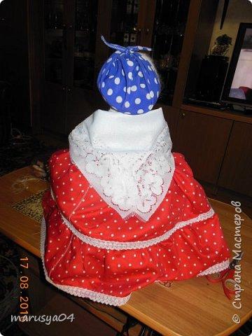 Купленные глазки и волосы уже не дали покоя. Решила сделать подруге подарок. На работе сотрудница наделала красивых шляпок по моему заказу. И образ придумывался уже под шляпки. Купила парчи кружев и наделала еще 2 куклы. Третья шляпка лежит в загашнике - ждет своей очереди и повода... Дама в лиловом на чайник (правда длина подола подойдет и для небольшого самовара). Юбка - парча, синтепон, флис фиолетовый, подол и рукава - шитье. Жабо - кружево и пуговка. Лак для ногтей настоящий))) фото 30