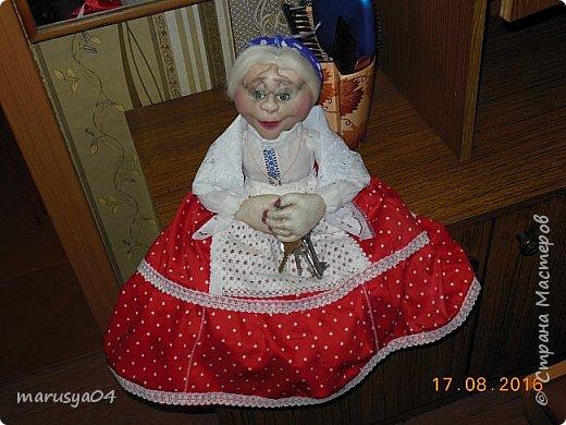 Купленные глазки и волосы уже не дали покоя. Решила сделать подруге подарок. На работе сотрудница наделала красивых шляпок по моему заказу. И образ придумывался уже под шляпки. Купила парчи кружев и наделала еще 2 куклы. Третья шляпка лежит в загашнике - ждет своей очереди и повода... Дама в лиловом на чайник (правда длина подола подойдет и для небольшого самовара). Юбка - парча, синтепон, флис фиолетовый, подол и рукава - шитье. Жабо - кружево и пуговка. Лак для ногтей настоящий))) фото 25