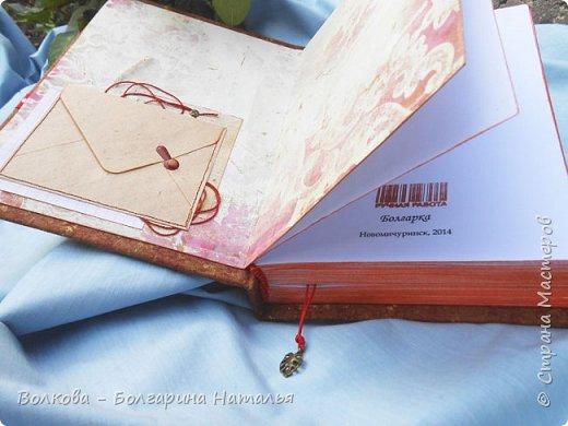 """Всем привет!!!! Сегодня отмечает день рождения один из самых популярных польских писателей (хотя он сам не любит, когда его называют писателем, точнее сказать автор, а не писатель), доктор информатики, химических наук, автор """"Одиночество в сети"""", """"Повторение судьбы"""", """"Бикини"""", """"Зачем нужны мужчины?"""" Януш Леон Вишневский.    Наконец-то нашёлся повод показать """"былое"""":))) Эх, как же оказывается пеТчально показывать работу, которую сейчас очень критикуешь, даже стыдно за многое. Вот смотришь и думаешь, что по-другому бы сейчас всё сделала:)) Но, что сделано, то сделано и в своё время. Как говорится заскрапбучинное не расскрапбучинишь. Да и на тот момент мне эти """"шедевры"""" очень даже нравились:)))    Всё, хватит заниматься самобичеванием. Поясню, что за объект перед вами. Это книга Я.Л.Вишневского """"На фейсбуке с сыном"""", которую я распечатала, сшила в блок (ну как обычно блокнот) и оформила обложку. На обложке картина Густава Климта """"Мать и дитя"""" неслучайно, ибо изначально Януш очень хотел, чтобы на обложке его книги была именно эта картина, однако издатели решили, что с такой обложкой книга хуже продаваться будет, народу ведь больше кричащих откровенностью картинок подавай:((((     Вот поэтому решила преподнести такой вот подарок автору:) - 06.09.2014 на ММКВЯ-2014 на ВВЦ. Меня так приятно удивила его реакция!!! Это что-то!!! Так внимательно посмотрел всё, прочитал название издательства (Болгарка:))))), спросил как долго я это делала. Поблагодарил, сказал: """"Это что-то нЭвЭроятное! (ну кто знает и слышал, те поймут как бы он это произнёс). Дальше - автографы....и только я было уходить, как Януш, неожиданно для меня, взял меня за руку, пожал её и ещё раз сказал: """"Спасибо!"""". Ну просто не мужчина, а море обаяния. фото 3"""