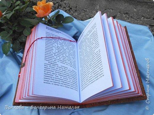 """Всем привет!!!! Сегодня отмечает день рождения один из самых популярных польских писателей (хотя он сам не любит, когда его называют писателем, точнее сказать автор, а не писатель), доктор информатики, химических наук, автор """"Одиночество в сети"""", """"Повторение судьбы"""", """"Бикини"""", """"Зачем нужны мужчины?"""" Януш Леон Вишневский.    Наконец-то нашёлся повод показать """"былое"""":))) Эх, как же оказывается пеТчально показывать работу, которую сейчас очень критикуешь, даже стыдно за многое. Вот смотришь и думаешь, что по-другому бы сейчас всё сделала:)) Но, что сделано, то сделано и в своё время. Как говорится заскрапбучинное не расскрапбучинишь. Да и на тот момент мне эти """"шедевры"""" очень даже нравились:)))    Всё, хватит заниматься самобичеванием. Поясню, что за объект перед вами. Это книга Я.Л.Вишневского """"На фейсбуке с сыном"""", которую я распечатала, сшила в блок (ну как обычно блокнот) и оформила обложку. На обложке картина Густава Климта """"Мать и дитя"""" неслучайно, ибо изначально Януш очень хотел, чтобы на обложке его книги была именно эта картина, однако издатели решили, что с такой обложкой книга хуже продаваться будет, народу ведь больше кричащих откровенностью картинок подавай:((((     Вот поэтому решила преподнести такой вот подарок автору:) - 06.09.2014 на ММКВЯ-2014 на ВВЦ. Меня так приятно удивила его реакция!!! Это что-то!!! Так внимательно посмотрел всё, прочитал название издательства (Болгарка:))))), спросил как долго я это делала. Поблагодарил, сказал: """"Это что-то нЭвЭроятное! (ну кто знает и слышал, те поймут как бы он это произнёс). Дальше - автографы....и только я было уходить, как Януш, неожиданно для меня, взял меня за руку, пожал её и ещё раз сказал: """"Спасибо!"""". Ну просто не мужчина, а море обаяния. фото 6"""