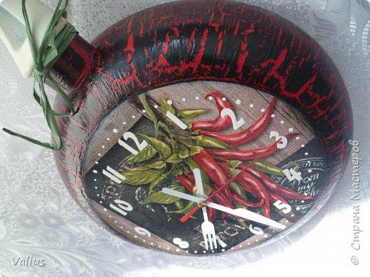 Вот и лето пролетело, все порядочные дачники убирают урожай, а я, большая лентяйка, решила осуществить свою давнюю мечту - сковородочасики. Так захотелось острой перчинки, что мотив нашелся сам собой - жгучий, красный перчик! Вспомнилась салфеточка, приобретенная недавно, и понеслось.... фото 3