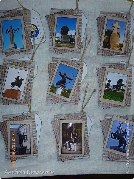 """Здравствуйте дорогие мастера и мастерицы!  Пятую тему пришлось задавать мне, я решила надо подробнее узнать а наших малых городах, и селах, так родилась тема """"Моя малая Родина"""". Я  хочу представить свой родной город, который по совместительству является и столицей  Бурятии. Итак я представляю вам  солнечный и гостеприимный город - Улан-Удэ, которому в этом году , день города отмечается в первые выходные сентября, исполнится 350 лет. Улан-Удэ был основан в 1666 году как казачье зимовье на правом берегу реки Селенги при впадении в неё реки Уды. В 1678 году уже был известен как острог — форпост продвижения казаков на восток. В 1775 году как Верхнеудинск получил статус города и герб, а 27 июля 1934 года город был переименован в Улан-Удэ (в переводе с бурятского языка — «Красная Уда», от названия реки «Удэ», которое, в свою очередь, вероятно, переводится как «Полдень»). Нынешнее население города – 377000 человек, причём, что отрадно и удивительно для многих нынешних провинциальных городов, население Улан-Удэ стабильно возрастает. Вот, что пишет наш бурятский поэт Геннадий Хмелев о своем Улан-Удэ:  Меж городов Читой и Братском Живёт, цветёт Улан – Удэ, Где рано утром на бурятском Я слышу громкое. Мэндээ! А в переводе это значит, Привет  тебе! Улан – Удэ!   Улан – Удэ! Любимый град, Ты самый юный из столиц И я счастливей во сто крат, Когда глаза счастливых лиц Меня, встречая, говорят: « Добро пожаловать! Мэндээ»!.... фото 4"""