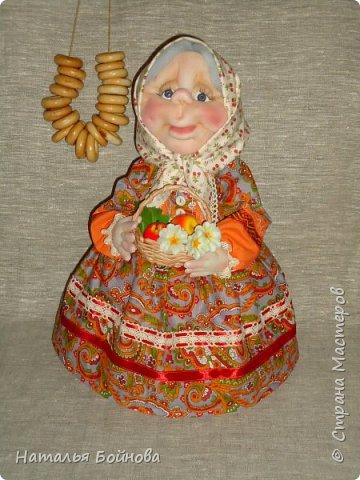 Текстильная  кукла - чайная грелка. Ну что ещё можно положить в корзину кукле накануне Яблочного Спаса)) Конечно же яблочки!!! фото 2
