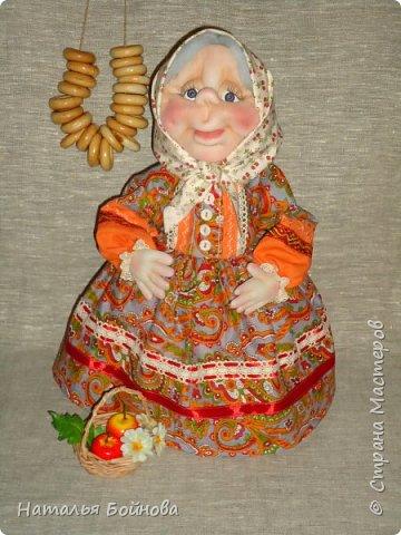 Текстильная  кукла - чайная грелка. Ну что ещё можно положить в корзину кукле накануне Яблочного Спаса)) Конечно же яблочки!!! фото 1