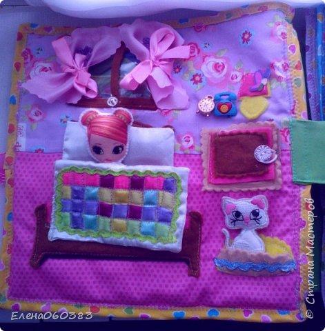 Развивающая книжка-домик из фетра для маленькой девочки Марины. Размер страниц 25*25 см. Ткань основа-немецкий хлопок. Съемные детали и аппликация из фетра. Домик-книжка имеет 4 разворота (спальня+гардероб, кухня+столовая, ванна, игровая площадка). Обложка выполнена в виде домика, где живет куколка. У куколки есть домашний питомец котенок, который тоже живет в домике. Куколка имеет гардероб и часто любит переодеваться. Также куколка любит готовить и имеет на кухне все необходимое. На обратной стороне книжки -карман с замком, куда мама может положить Марине конфетку или сюрприз. Также в кармашке можно хранить куколку и другие съемные детали. Книжка содержи 53 съемные детали.  фото 5