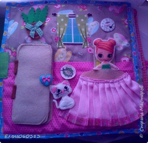 Развивающая книжка-домик из фетра для маленькой девочки Марины. Размер страниц 25*25 см. Ткань основа-немецкий хлопок. Съемные детали и аппликация из фетра. Домик-книжка имеет 4 разворота (спальня+гардероб, кухня+столовая, ванна, игровая площадка). Обложка выполнена в виде домика, где живет куколка. У куколки есть домашний питомец котенок, который тоже живет в домике. Куколка имеет гардероб и часто любит переодеваться. Также куколка любит готовить и имеет на кухне все необходимое. На обратной стороне книжки -карман с замком, куда мама может положить Марине конфетку или сюрприз. Также в кармашке можно хранить куколку и другие съемные детали. Книжка содержи 53 съемные детали.  фото 8